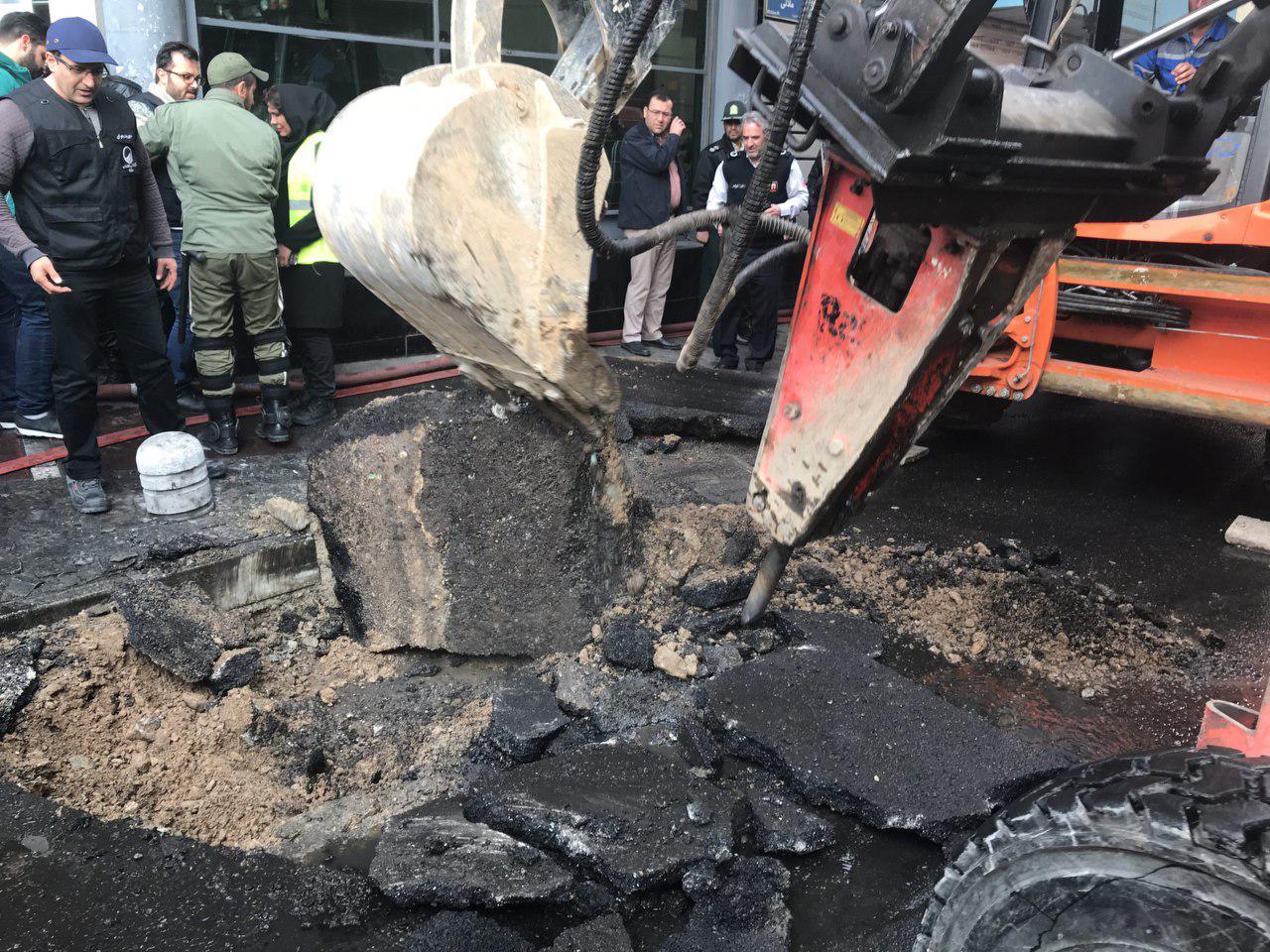 آتش سوزی در ساختمان وزارت نیرو ادامه دارد/ احتمال تکرار فاجعه پلاسکو/ تخلیه ساختمانهای اطراف + فیلم