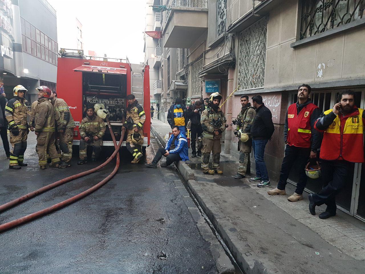 آتش سوزی در ساختمان وزارت نیرو ادامه دارد/ احتمال تکرار فاجعه پلاسکو/ تخلیه ساختمان های اطراف +