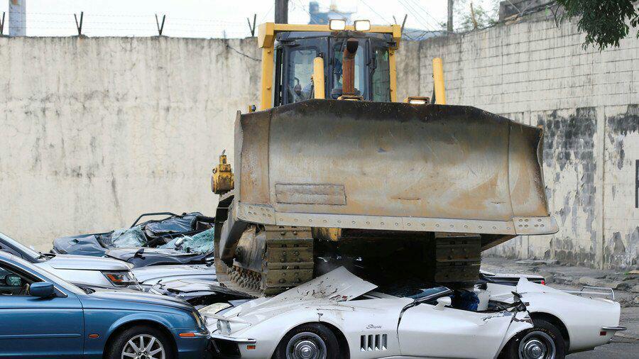 نابود شدن ۳۰ خودروی لوکس با بلدوزر به فرمان رئیسجمهور فیلیپین!+ فیلم