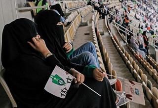 تعقیب و گریز جنجالی پلیس و دختر بی حجاب سعودی در زمین فوتبال+فیلم