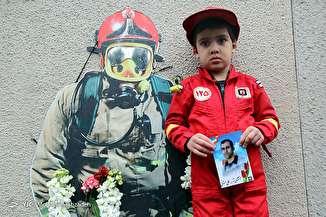 تجمع خانواده شهدای آتش نشان و کسبه پلاسکو مقابل ساختمان