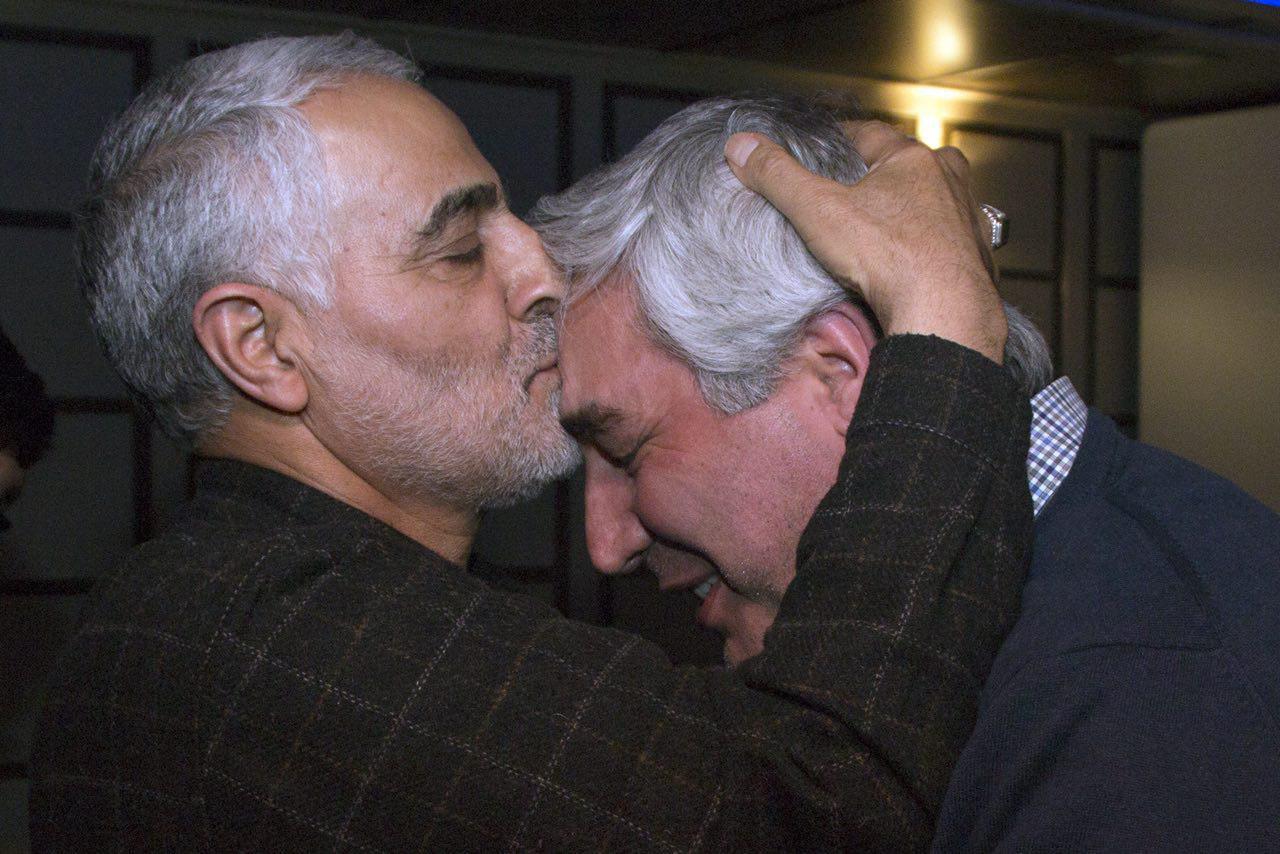 بوسه سردار قاسم سلیمانی برپیشانی ابراهیم حاتمی کیا+ عکس