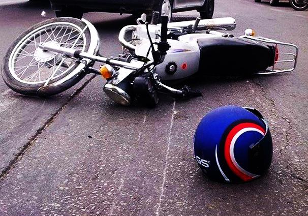 معلق ماندن موتورسوار در هوا پس از تصادفی وحشتناک با خودروی سواری + فیلم