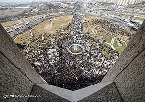 تایم لپس حضور مردم در راهپیمایی ۲۲ بهمن از بالای برج آزادی