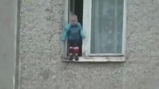 اقدام نفسگیر پسربچه نترس روی آپارتمانی مرتفع + فیلم