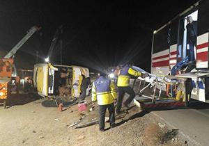 انتقال آخرین مصدوم از حادثه واژگونی اتوبوس گچساران – مشهد + فیلم