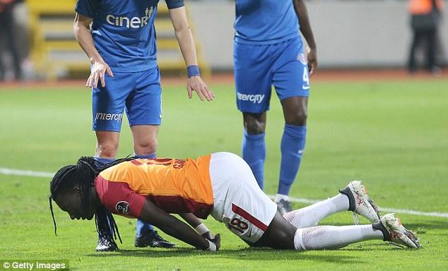 بیوشی عجیب فوتبالیست در حین بازی