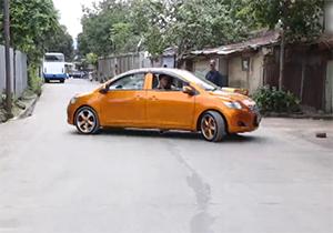 عجیبترین ماشین لوکس دنیا را ببینید/ هدایت خودرو توسط 2 راننده! + فیلم