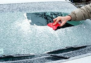 راهکاری مناسب برای یخ زدایی از شیشه خودرو +فیلم