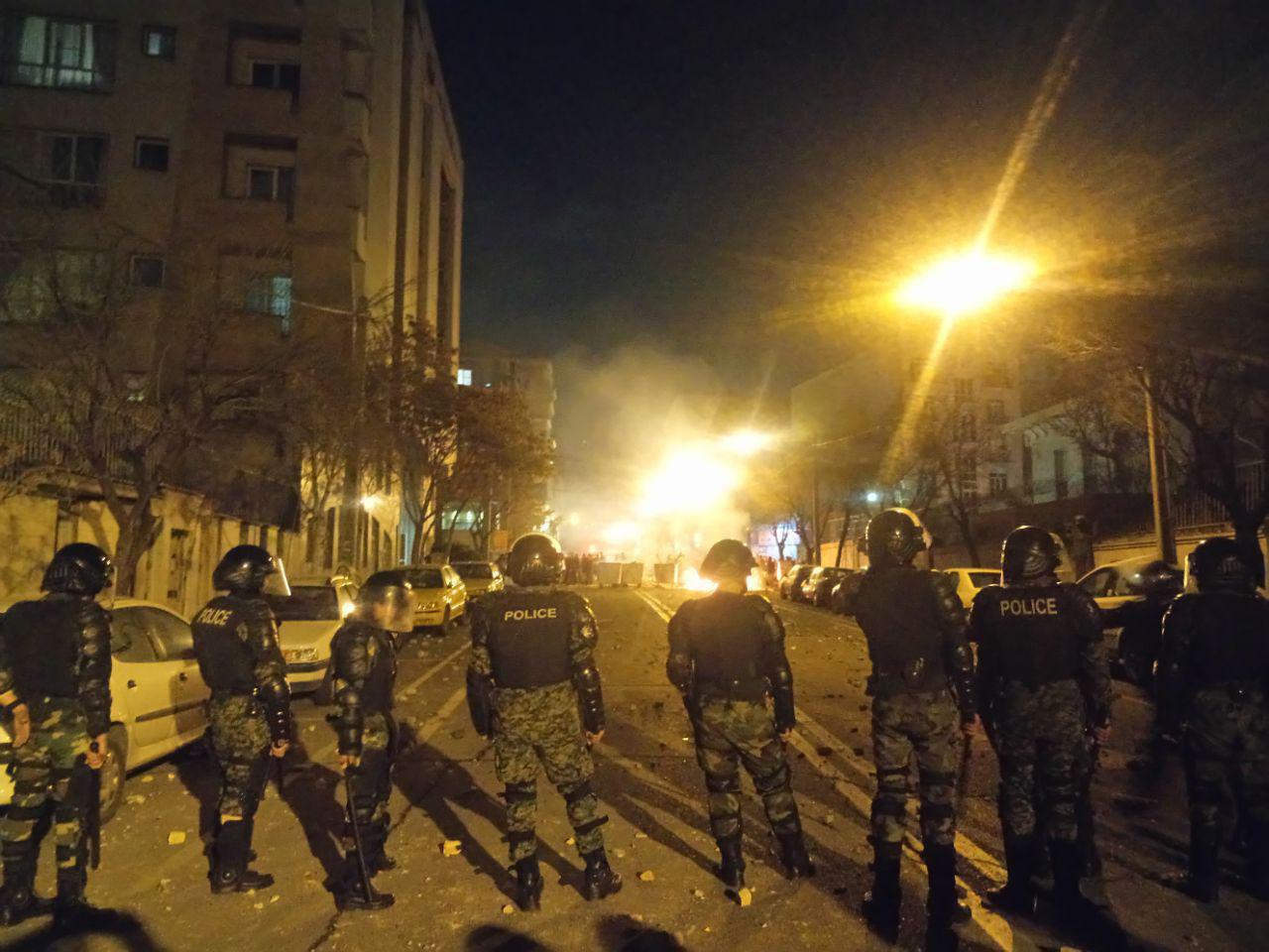 زیر کردن 3 مامور نیروی انتظامی توسط دراویش گنابادی در پاسداران تهران + دانلود فیلم