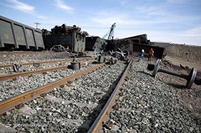 باشگاه خبرنگاران -واژگونی قطار باری حامل سنگ آهن در ایستگاه دیزباد شهرستان نیشابور