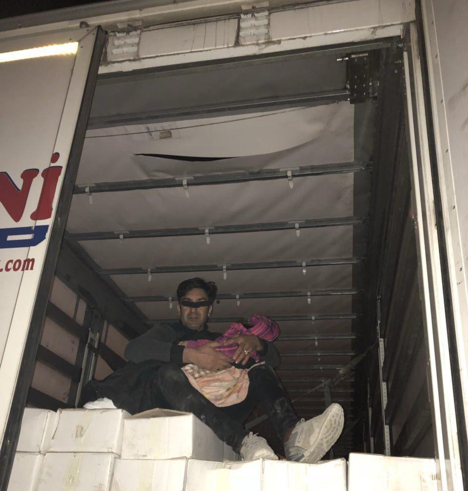 باشگاه خبرنگاران -قاچاق یک مرد و یک کودک در محموله کشمش