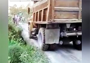 واژگونی کامیون پس از فروریختن جاده + فیلم