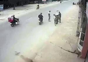 تصادف عجیب موتورسیکلت با دوچرخه + فیلم