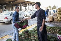فروش ملزومات سفره هفت سین در میدان مرکزی میوه و تره بار در آستانه عید نوروز
