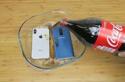 تست مقاومت دو گوشی گلکسی اس 9 پلاس و آیفون X در نوشابهی یخ زده +فیلم