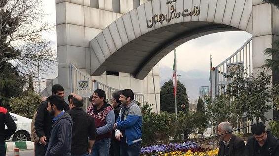 اعتراض پرسنل ورزشگاه آزادی مقابل وزارت ورزش و جوانان + تصاویر
