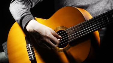 گیتار نواختن در عجیب ترین شرایط ممکن!+فیلم