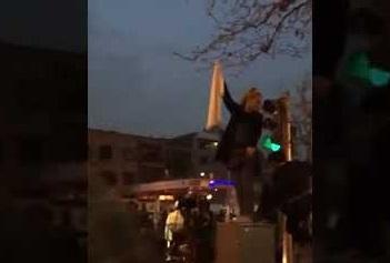 ماجرای هدیه همسر میرحسین موسوی به یکی از دختران خیابان انقلاب! +تصاویر