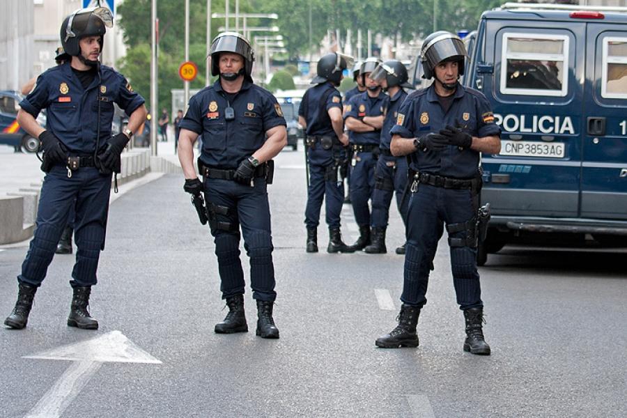 نحوه برخورد بسیار خشن پلیس اسپانیا با مردم +فیلم