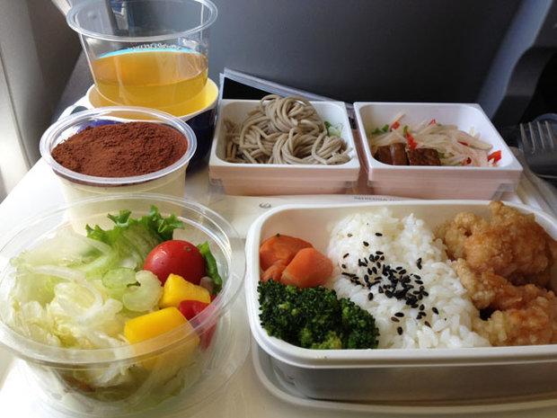 ترسناکترین واقعیتها از غذا خوردن هنگام پروازهای طولانی + تصاویر