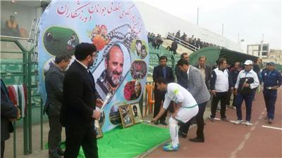 ادای احترام بازیکنان شهرداری و اروند خرمشهر به مقام شامخ شهید شمسی پور