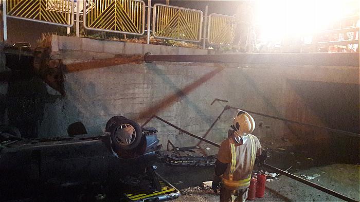 واژگونی خودرو پراید داخل کانال آب بزرگراه شهید لشکری+ تصاویر