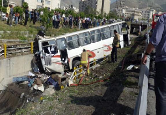 باشگاه خبرنگاران - اولین فیلم از سقوط اتوبوس دانشآموزان در بزرگراه یادگار امام(ره)
