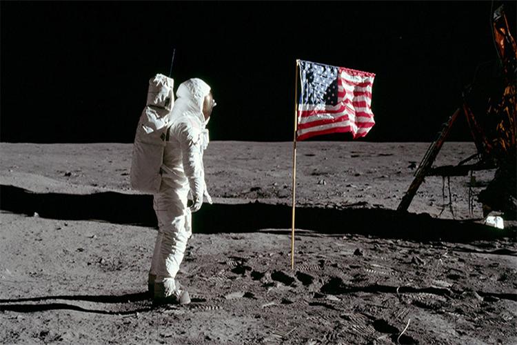 باشگاه خبرنگاران -پرچم های آمریکا روی ماه در حال از هم پاشیدن هستند
