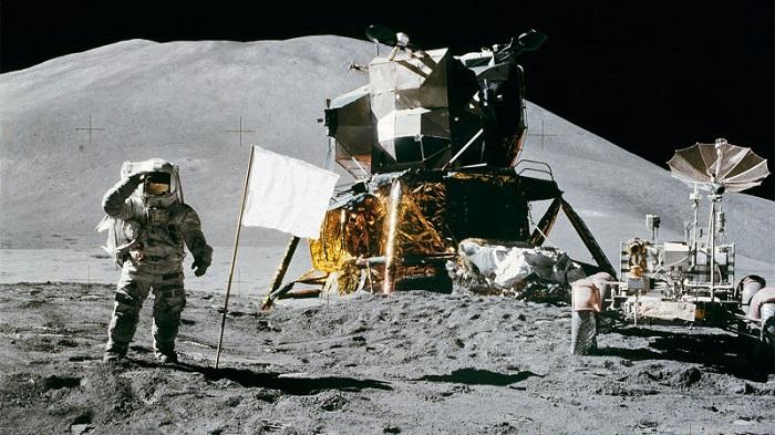 پرچم های آمریکا روی ماه در حال از هم پاشیدن هستند