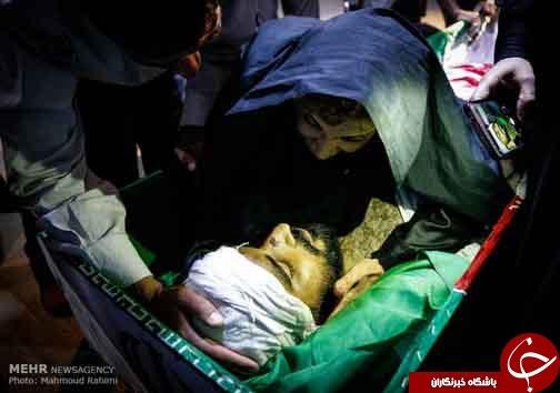 آخرین دعای مادر در وداع با پیکر فرزند / حاشیه وداع با پیکر شهید مدافع حرم «علیرضا قبادی»+عکس