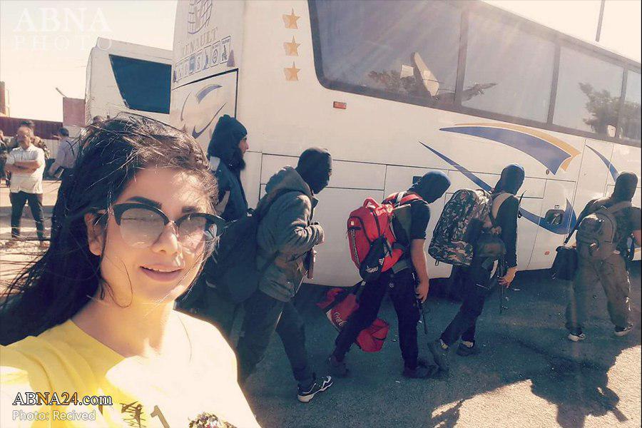 سلفی دختر سوری با تروریست های اسیر شده در حمص
