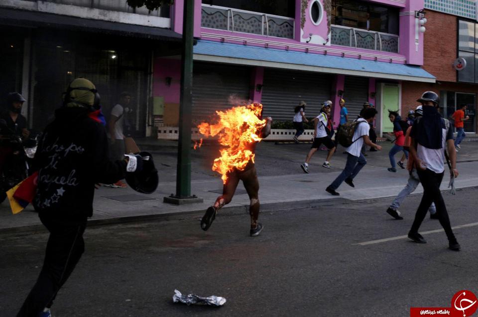 لحظه وحشتناک آتش زدن یک مرد در تظاهرات ونزوئلا / تصاویر 18+