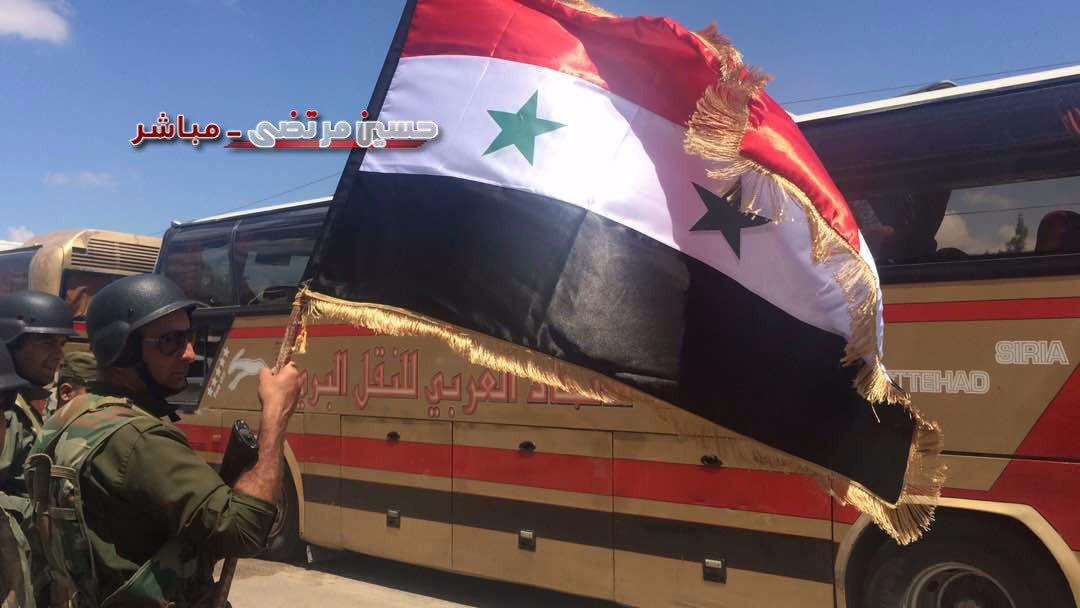 اهتزاز پرچم سوریه برفراز محله «الوعر» حمص/ پیشروی استراتژیکی نیروهای سوری در نزدیکی مرزهای اردن