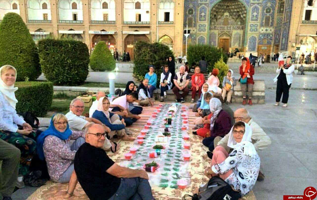 گردشگران خارجی بر سر سفره افطار+عکس
