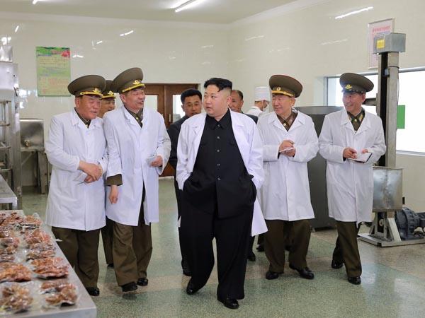 """چرا اطرافیان رهبر کره شمالی همواره """"دفتر به دست"""" هستند؟! + تصاویر"""