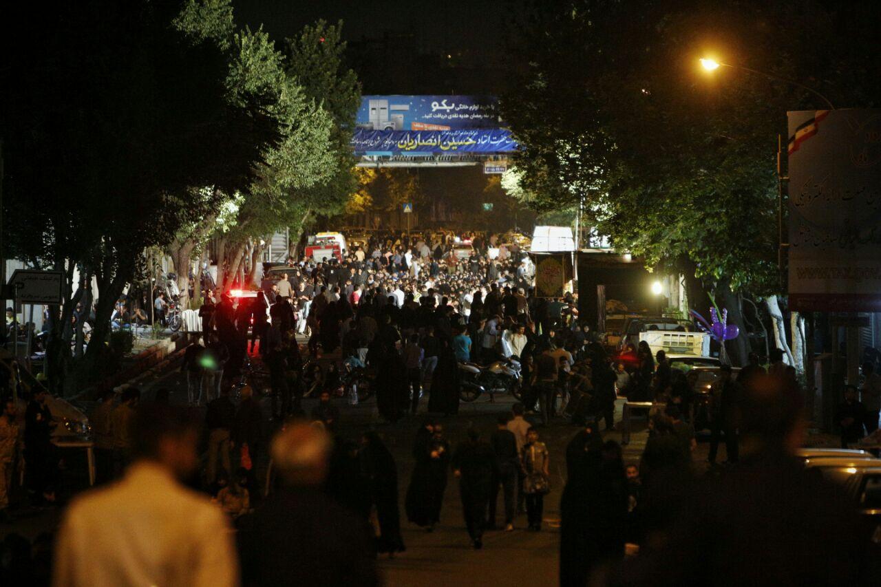 تصاویری از شب زنده داری مردم در شب قدر/ قرآن سر نهادن برای طلب آمرزش