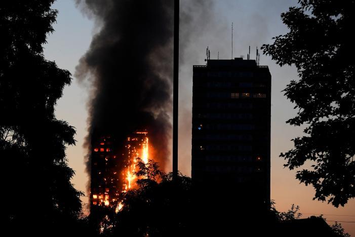 آتشسوزی در برجی مسلماننشین در لندن/ احتمال فروریختن ساختمان وجود دارد+ تصاویر