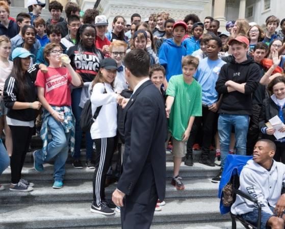 خودداری دانش آموزان یک مدرسه از عکس گرفتن با رئیس مجلس نمایندگان آمریکا!+ تصویر