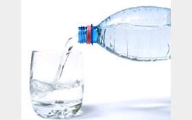 ولایی: توزیع آب معدنی غیر بهداشتی در کشور صحت ندارد