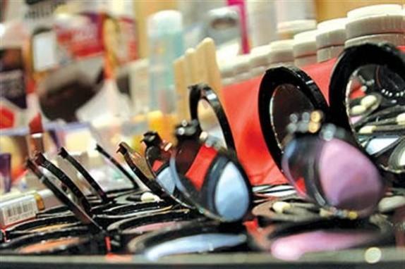 ظروف پلاستیکی در کمین سلامت زنان/ «کیست های شکلاتی» ارمغان تلخ مصرف لوازم آرایشی