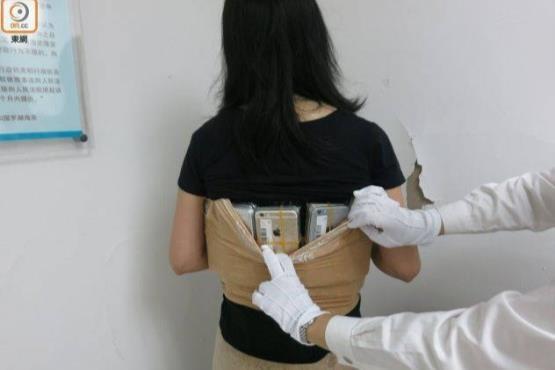 زنی که ۵۰ گوشی آیفون را در لباسش جاسازی کرد+عکس