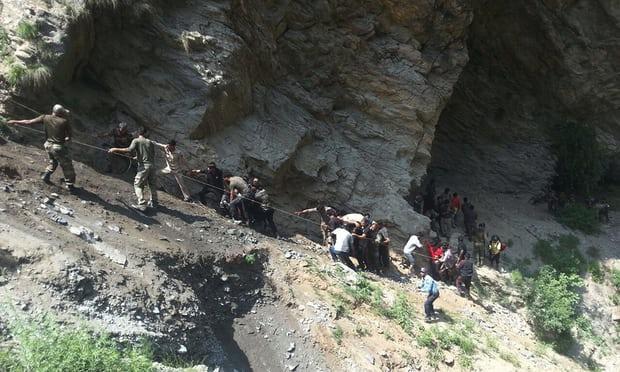 ۴۳ کشته و زخمی بر اثر سقوط اتوبوس به دره در هند