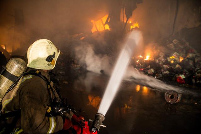 آتش سوزی گسترده 2 انبار لوازم خودرو در میدان بهارستان