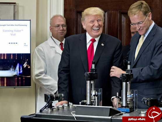 زورآزمایی ترامپ با یک بطری دارو+عکس
