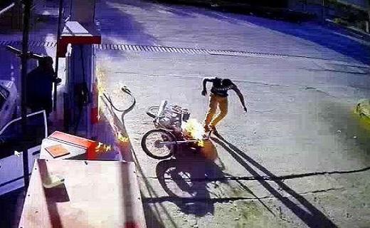 لحظه آتش گرفتن هولناک موتور سیکلت در پمپ بنزین + فیلم