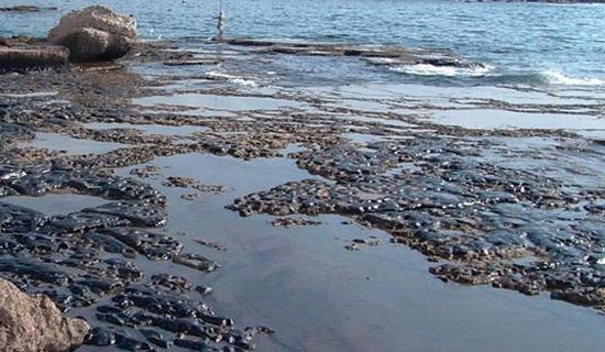 آلودگی نفتی بزرگترین دریاچه جهان را تهدید میکند/ لکههای نفتی به سواحل ایران میرسد