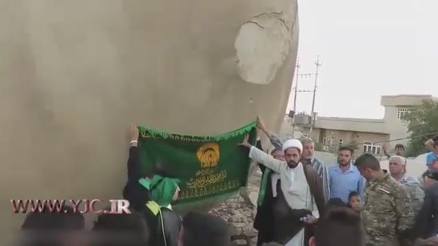 نصب پرچم حرم رضوی بر گلدسته مسجد خلافت ابوبکر البغدادی در موصل+