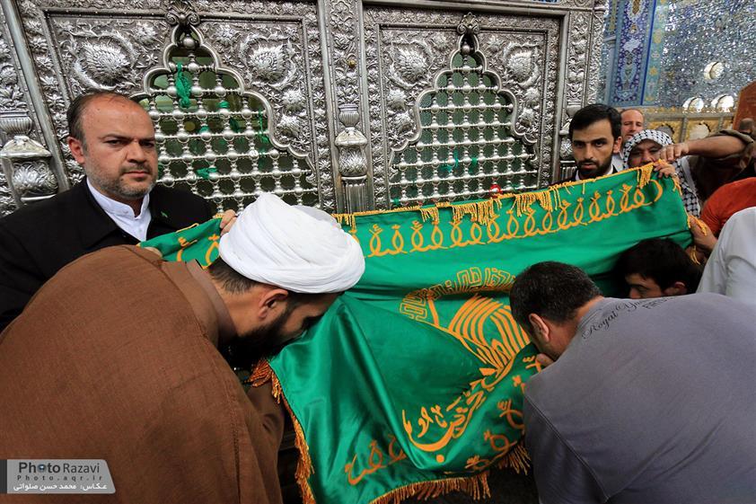 نصب پرچم رضوی در حرم حضرت رقیه (س)+ تصویر