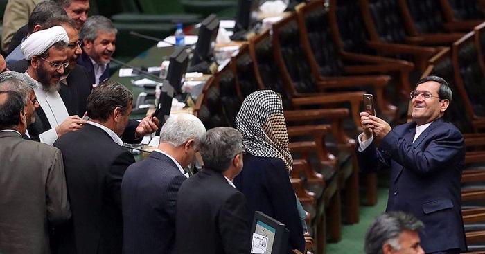 کنایه رئیس مجلس به قشقاوی درباره عکس سلفی با موگرینی